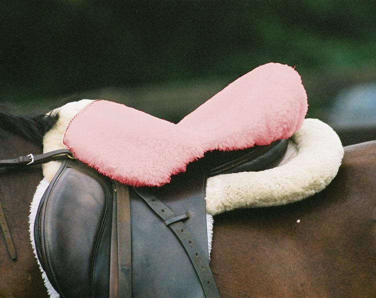 Sattelsitzbezug_englisch_Lammfell_Sabez1_pink